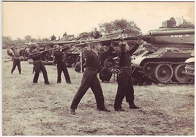 Wwii Press Photo: Russian T-34 Tanks Barrels Being Cleaned By Crew Members