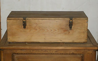 A LOVELY RUSTIC PINE STORAGE BOX WITH METAL FASTENINGS ref 553