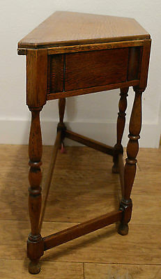 Lovely oak hall/side table with one drawer