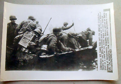 Original WW2 AP Wirephoto from 3 19 45 90th Division in assault boats Moselle