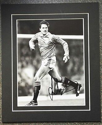 """LES SEALEY -  MANCHESTER UNITED FC SIGNED MOUNTED PHOTO 12"""" x 10""""  1989-90 APRIL"""