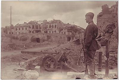 Wwii Press Photo: Russian Artillery Soldier & Cannon In Destroyed Town