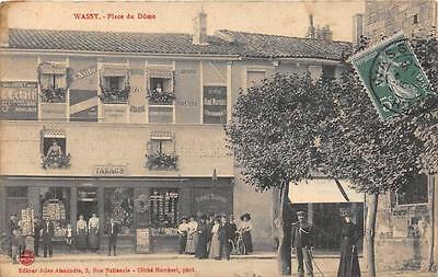 CPA 52 WASSY PLACE DU DOME (marchand de cartes postales magasin TABACS
