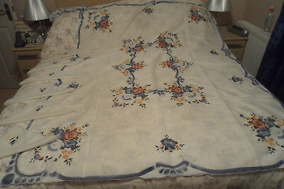 """Tablecloth - Six Matching Napkins - Pretty Floral Detail - 68"""" X 52"""" - Scalloped"""