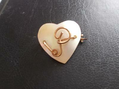 VINTAGE 1940's MOTHER OF PEARL GOLD TONE WIRE INITIAL 'P' LETTER HEART BROOCH