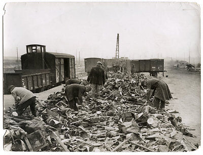World War One Ww1 Original Photo - French Soldiers Sorting Equipment Of Dead