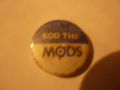 """""""SOD THE MODS"""" Vintage 1970's - 1980's   Button Badge **1 """" *****"""