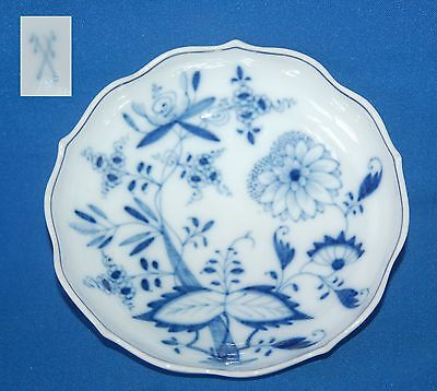 """Attractive blue and white fluted edge 5.75"""" (15.5cm) diameter shallow dish/bowl"""