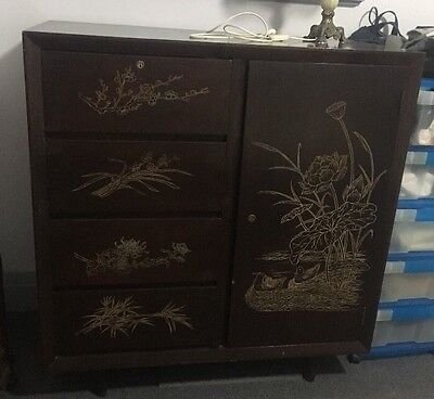 Old vintage Chinese Cabinet In Good Condition