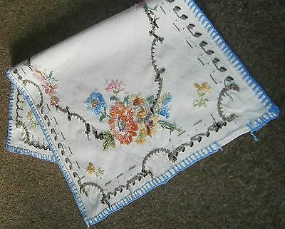 Vintage table linen x 7 (tray cloths, doilies, runner)