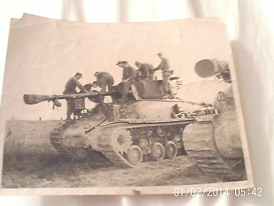 """World War Ii 8"""" X 10"""" B/w Photo,  Soldiers On A Tank. Their Names Lasted On Back"""