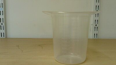 Kendall 250ml tri-pour single-use beakers.