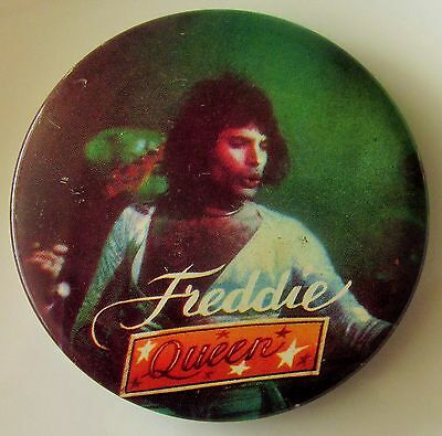 QUEEN LARGE VINTAGE METAL PIN BADGE FROM THE 1970's FREDDIE MERCURY ON STAGE