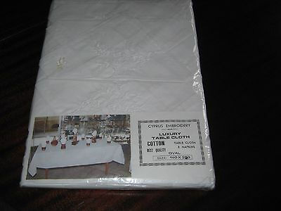 New in orig. packaging - Embroidered table cloth and 8 table napkins. Oval