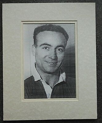 """1950's HARRY MCSHANE - MANCHESTER UNITED  SIGNED PICTURE 10"""" x 8 MOUNT"""