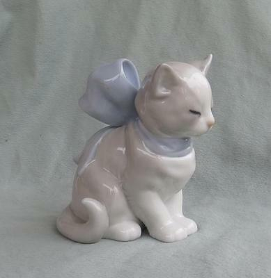 Nao Lladro Figurine - Kitty Present - Kitten With Big Blue Bow