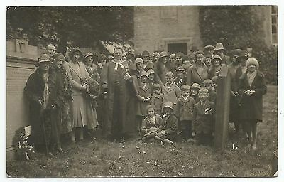 POSTCARD-SCOTLAND-ETTRICK-RP. A  Group at The Grave of The Ettrick Shepherd.