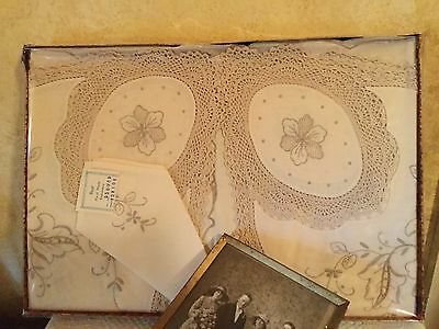 Nannas Vintage Large Cream Embroidered Crochet Tablecloth Set Serviette Doilies
