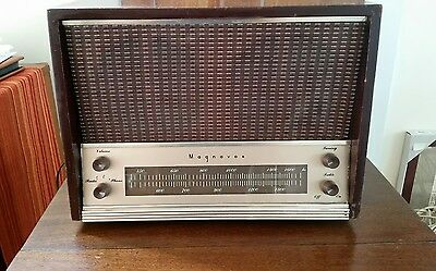 Vintage Magnavox AM-12 Table Top Standard Broadcast Tube Radio Working !