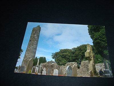 IRELAND . POSTCARD MONASTERBOICE Co LOUTH ROUND TOWER & CROSS OF MUIREDACH