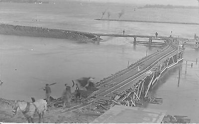 POSTCARD  MILITARY   Working  on  the  Bridge  (  Location  Unknown )  RP