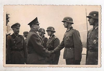 ORIGINAL PERIOD GERMAN WW2 PHOTO-??? meets the troops-medal awards?