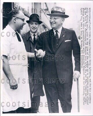 1960 Wire Photo NYC Storekeeper Gives Apple To Former President Harry Truman