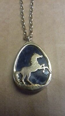 A 9ct GOLD CHAIN & BLUE JOHN SET PENDANT WITH A HORSE DETAIL EQUESTRIAN INTEREST