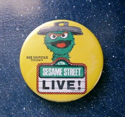 """Vintage 1980 SESAME STREET LIVE Pin-Back Button 3-3/8"""" Oscar the Grouch"""