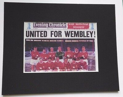 "1962 MANCHESTER UNITED SIGNED PICTURE 4 PLAYERS SIGNED MOUNTED PICTURE 10"" x 8"""