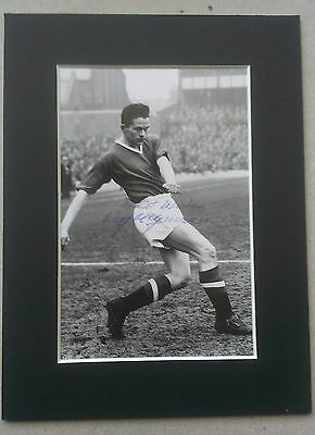 WILF McGUINNESS - MANCHESTER UNITED SIGNED MOUNTED PICTURE - 1950S BUSBY BABE