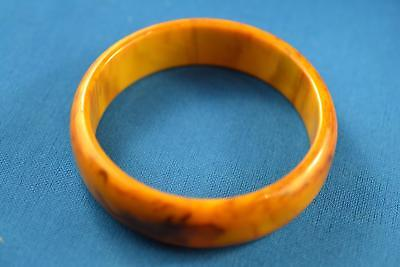 VINTAGE BUTTERSCOTCH BAKELITE THICK BRACELET. 28.6g WEIGHT. 3 INCH DIAMETER.