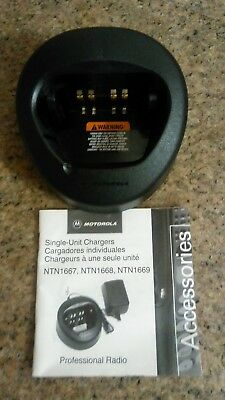 Motorola NTN8831A radio battery charger