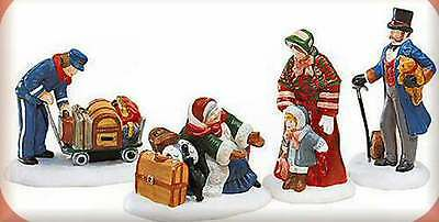 Dept 56 MEETING THE FAMILY AT RAILROAD STATION Christmas Village Accessory 58457