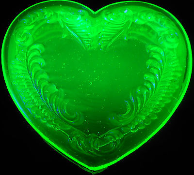 Green Vaseline glass heart powder / jewelry box dresser tray holder ring uranium