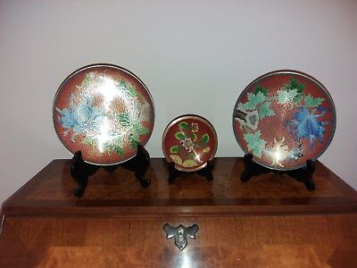 A TRIO of CHINESE CLOISONNE PLATES.