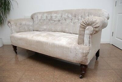 Antique Victorian Chesterfield Sofa Upholsterd in Ligth Grey Velvet