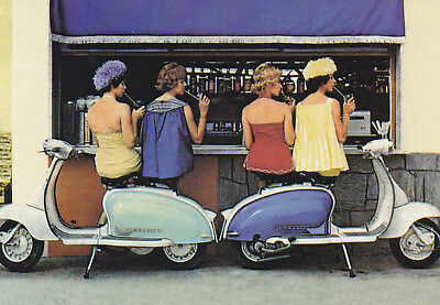 Ansichtskarte: Frauen an der Bar und Motorroller - women, drinks and scooter