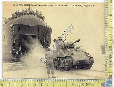 "Cartolina - Postcard - Foto French Army ""Sherman"" tank lands from USS LST-517"
