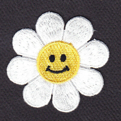 LARGE WHITE DAISY w/SMILING FACE Iron On Embroidered Patch Flowers