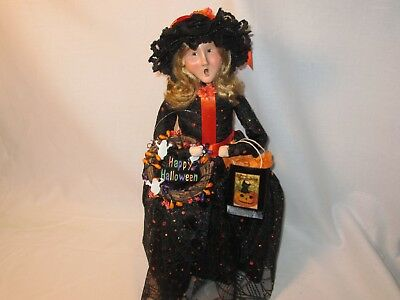 Byers Choice Spooktacular 2003 Halloween Witch with Wreath and Gift Bag