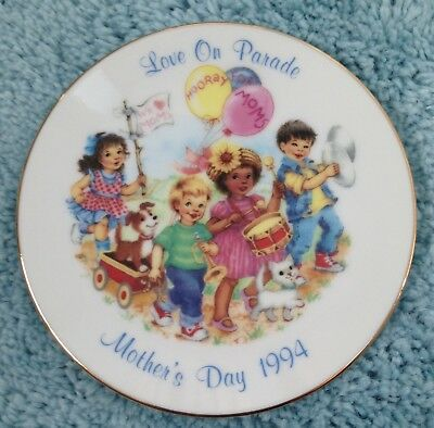 """Avon Mothers Day Love On Parade 1994 Collectors 5"""" Porcelain Plate"""