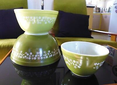 Vintage 1970's Set of 3 Crazy Daisy Green Pyrex Mixing Bowls. Made in USA