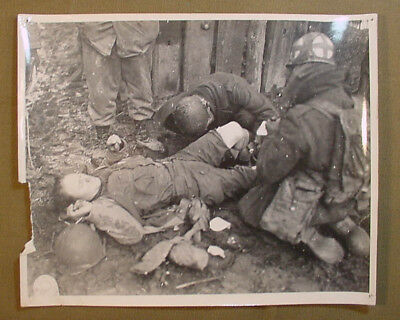 Wwii Us Army Signal Corps Photo – Medics Tend To Wounded Soldier