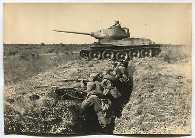 Wwii Large Size Press Photo: Russian Soldiers In Trench, T-34 Tank Passing By