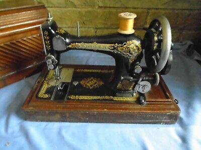 Vintage  Hand Crank Singer Sewing Machine V522863 In Wooden Case With Lock + Key