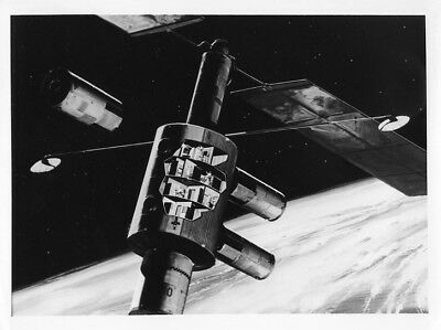 SPACE STATION / Orig NASA 8x10 Press Photo - 1970 Art Concept Space Station