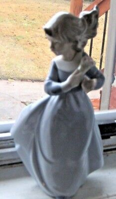 1988 Lladro Girl in Blue Dress with small Bouquet A-188 EXCELLENT CONDITION