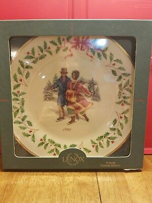 Lenox Annual Collector Plate 1998 Holiday Holly Berries With Skaters