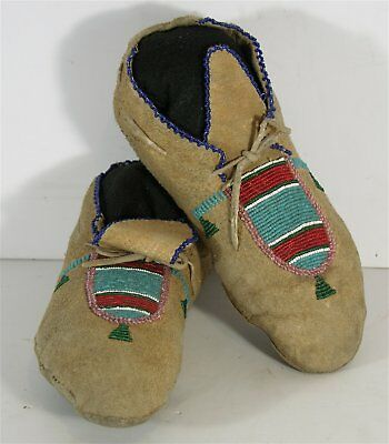 ca1910s PAIR OF NATIVE AMERICAN PLATEAU / NEZ PERCE INDIAN BEADED HIDE MOCCASINS
